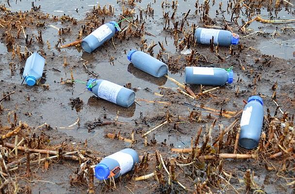 Kütuseproovidega pudelid Aegna rannas